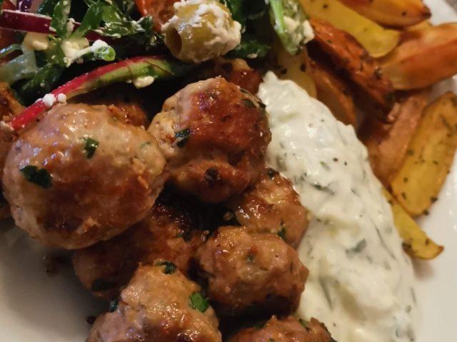 Greske Lammekjøttboller m/tzatziki, gresk salat, ovnsbakte poteter og tomatsaus.